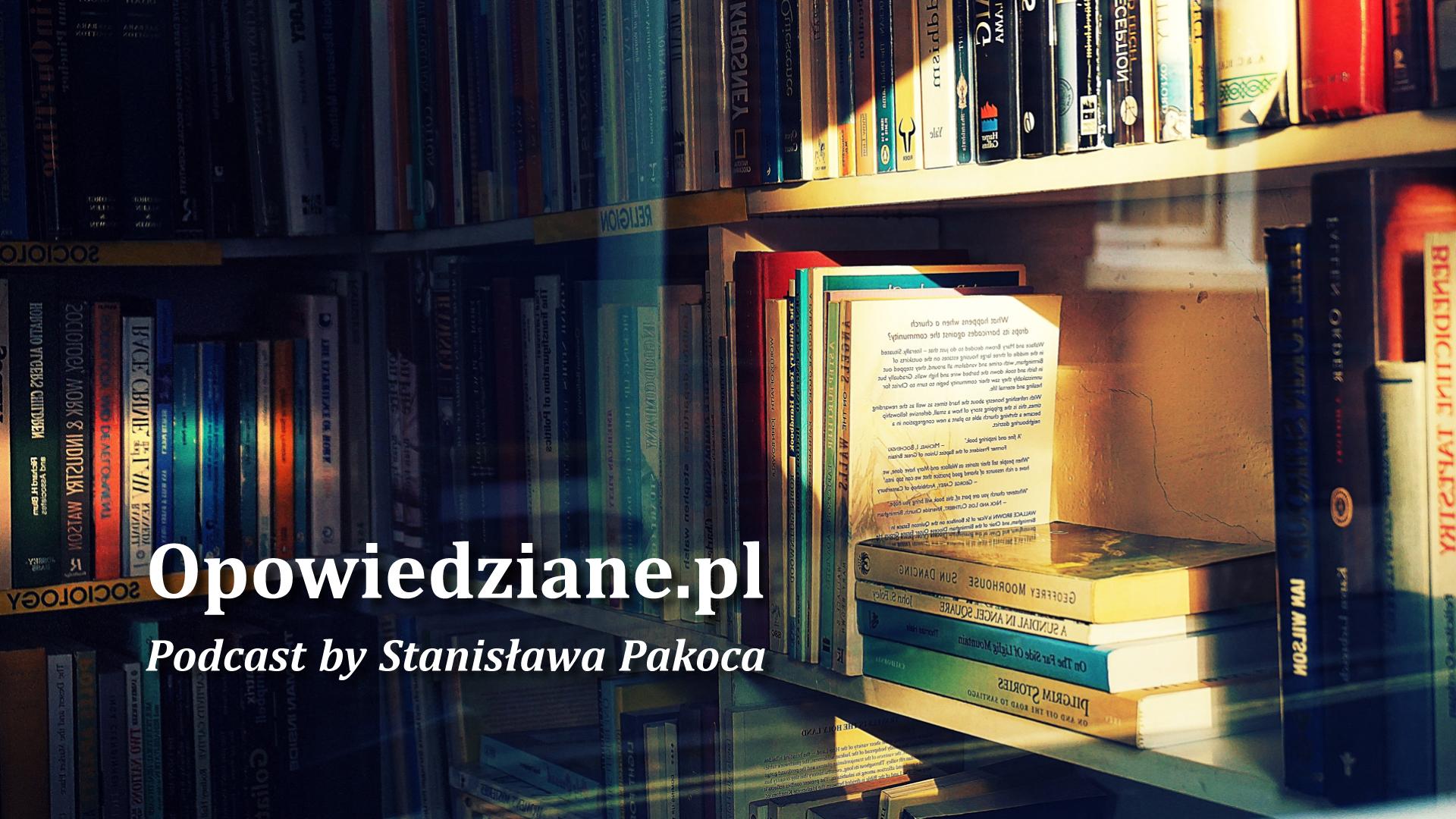 """Regał pełen książek i napis """"Opowiedziane.pl Podcast by Stanisława Pakoca""""."""